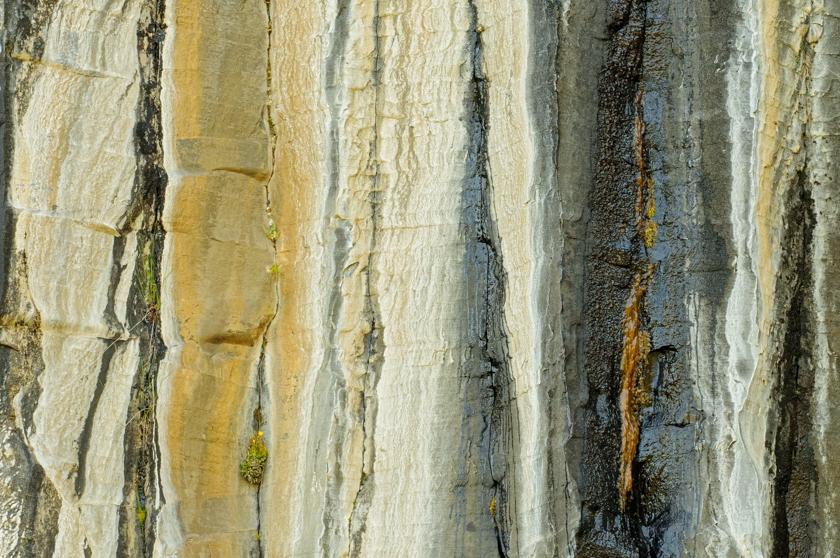 Basaltzuilen kleurrijk verweerd (IJsland)