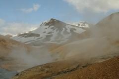 Geiserdampen voor besneeuwde bergen